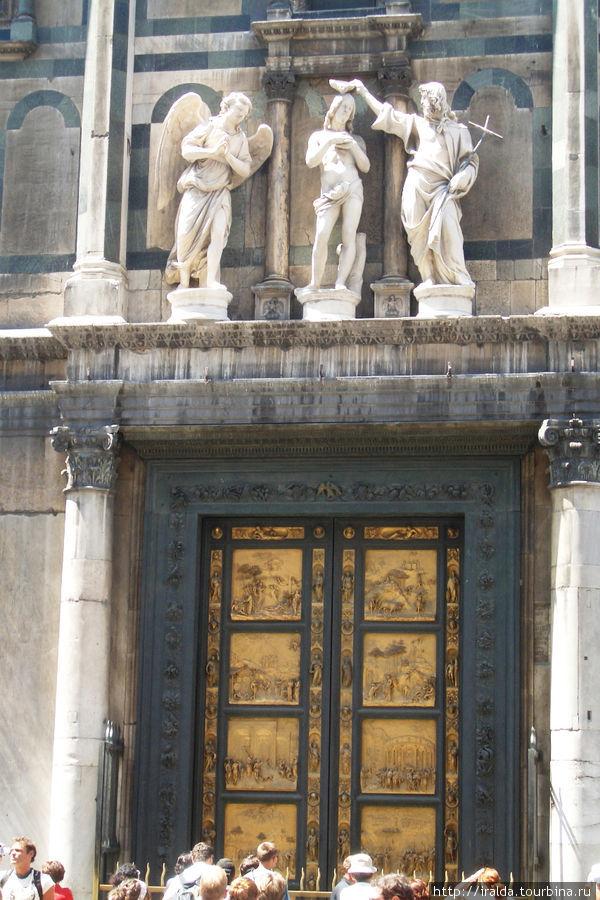 Древний Баптистерий с прекрасными золотыми дверьми — райские золотые врата Микеланджело и Кампанилу Джотто