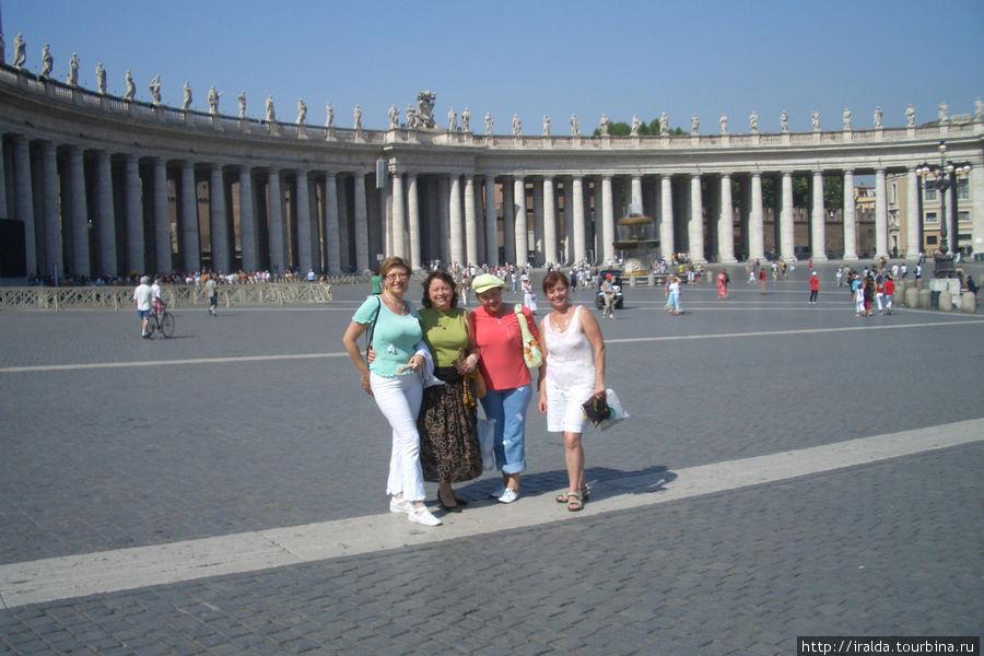 Если посмотреть на полукружья колоннады Бернини, то видится, что площадь окружена не 4, а одним рядом колонн