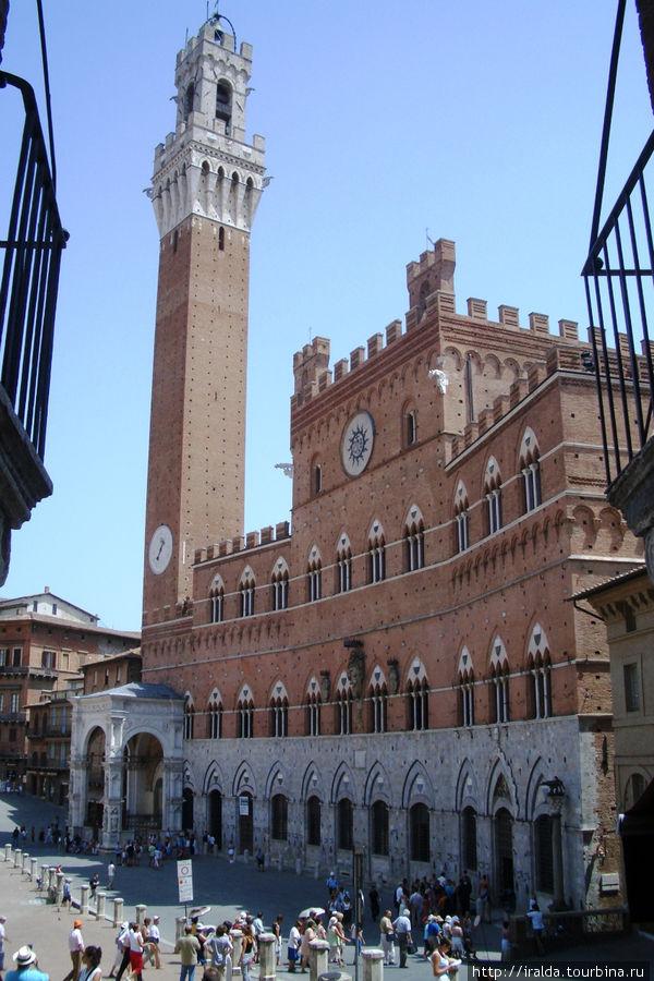 На площадь смотрят дворец Санседони (palazzo Sansedoni) и дворец Пубблико (palazzo Pubblico), (башни обжоры – в честь первого звонаря)
