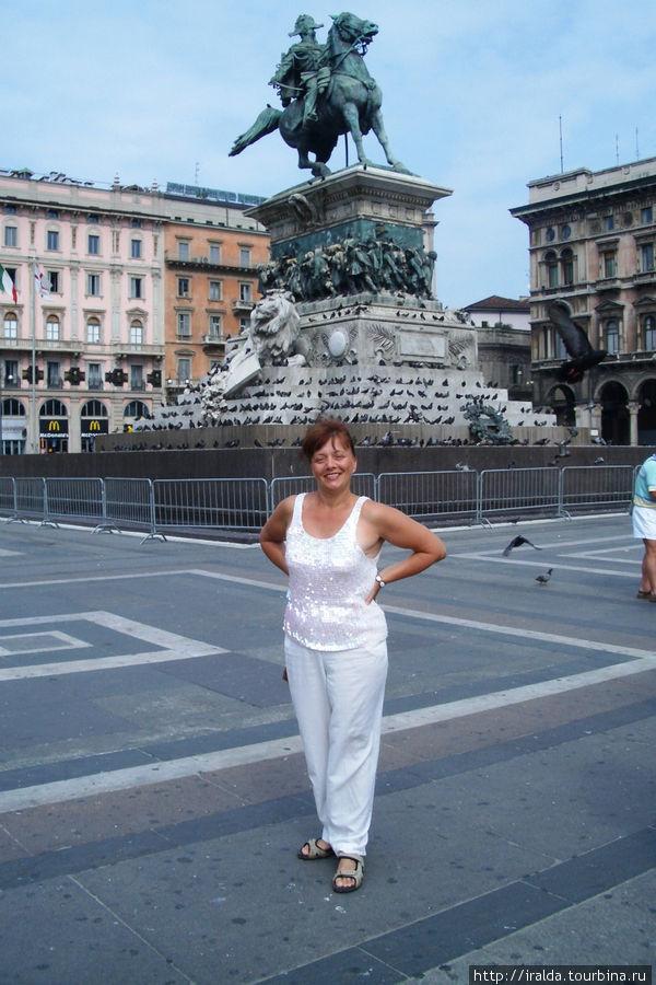 Памятник Витторио Эммануэлю в центре Милана на пьяцца дель Дуомо