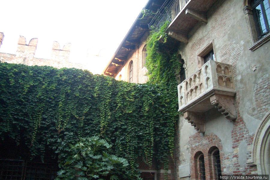 Все туристы, приезжающие в Верону, неизменно попадают в сказку о Ромео и Джульетте – именно здесь разворачивались события романтической трагедии Шекспира. Подходим к балкончику Джульетты