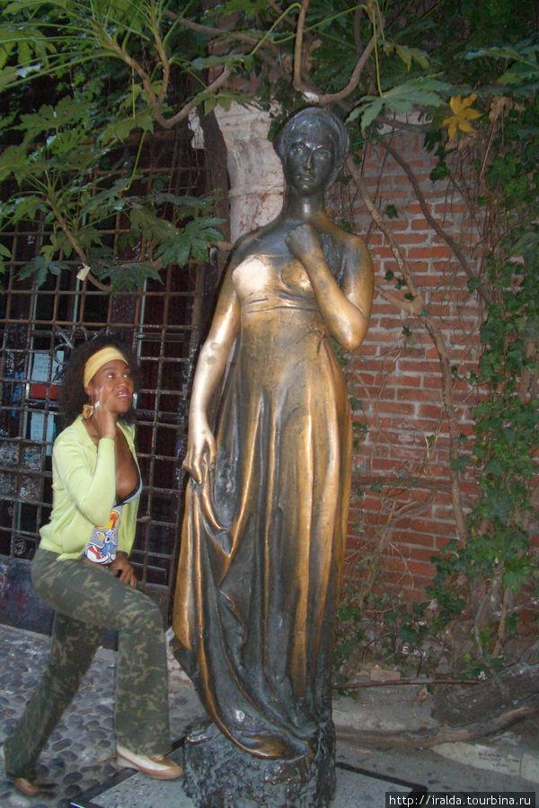 Во дворе установлена статуя Коза ди Джульетта