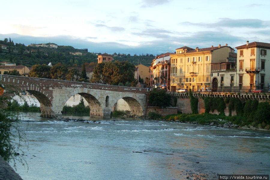 Находясь на набережной, видим мост, который строился еще в 1 веке до нашей эры