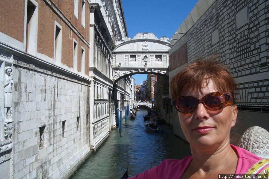 Мост Вздохов (Ponte dei Sospiri), крытый сверху и состоящий из двух узких разделенных друг от друга проходов