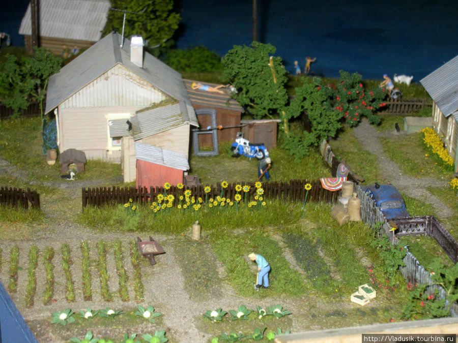 Деревня. Половички на заборах сушатся, человек картошку сажает :)