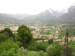 И мы попадаем в долину Валь-де-Сольер, в которой как в ложечке расположился заветный Сольер :)