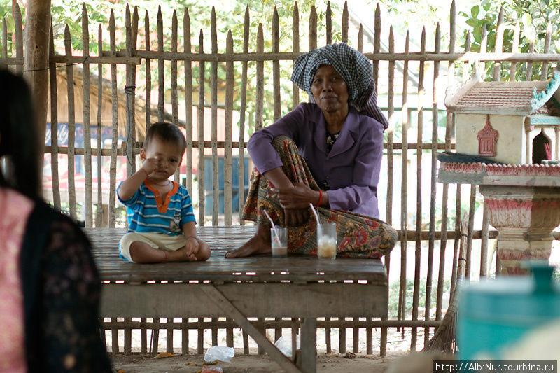 Почти у каждого дома стоит домик для духов, похожий на скворечник. Камбоджийцы оставляют там всякие ништяки, зажигают палочки и свечи, чтобы госты не шастали где ни попадя.
