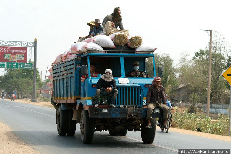 Камбоджийские грузовики сразу узнаются, они какие-то фанерные и без стёкол. Иногда встречаются вообще без кабины, но так всё же удобнее, на кабину можно ещё рабочих нагрузить.