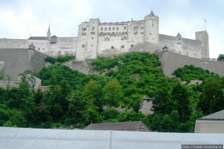 Своим названием город обязан крепости Salzachburg, находившейся на горе Nonnberg