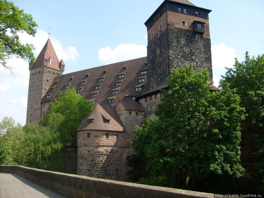 На северной стороне старого города возвышается могущественный замок Нюрнберга