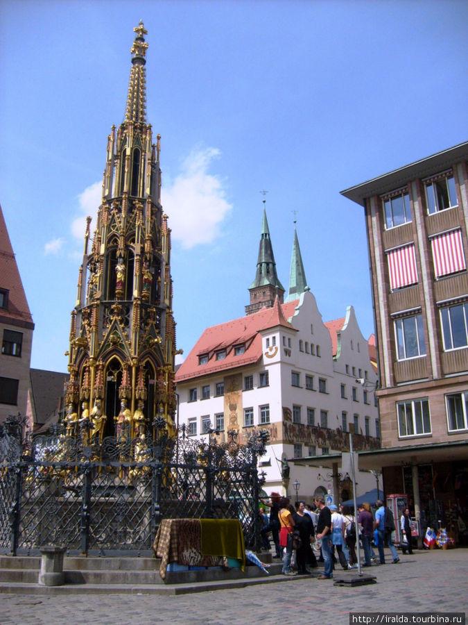 На Стороне Себальд находится главный маркт (Hauptmarkt), в центре которого возвышается могущественная 17-и метровая скульптура, т.н. «Schoene Brunnen».