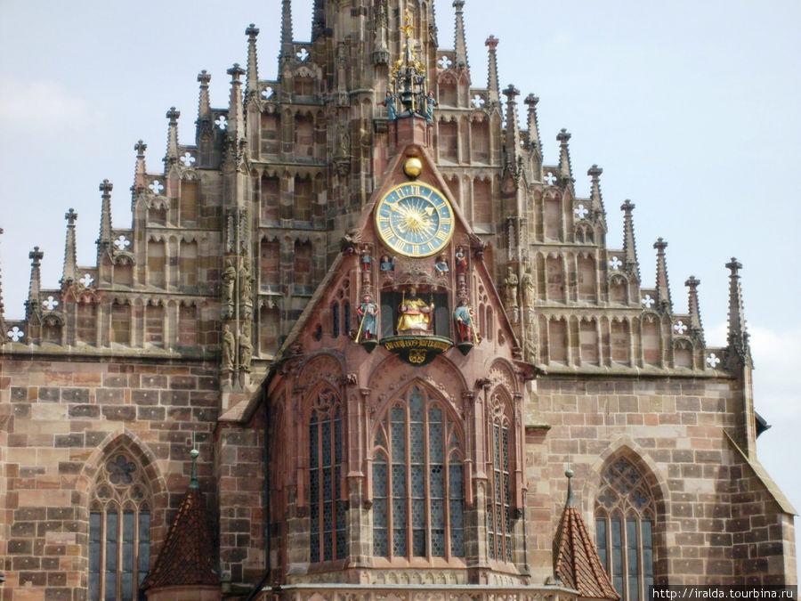 церковь Frauenkirche. Известна эта церковь своим алтарем изготовленным в 1440 году и одним из интереснейших произведений Нюрнберга — часами с т.н.