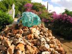 Здесь добывали какую-то руду. Это — памятник современного местного художника прошлому Кюрасао