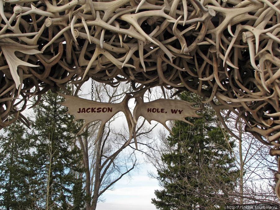 табличка на воротах из рогов оленя — входе парк-мемориал Джоржа Вашингтона
