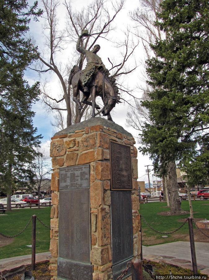 знаменитый памятник Cowboy Budboiler, установленный в 1976 году в память о погибших жителях в международных войнах США, который сейчас является символом всего штата, и контур его сейчас постоянно видно рядом с надписью