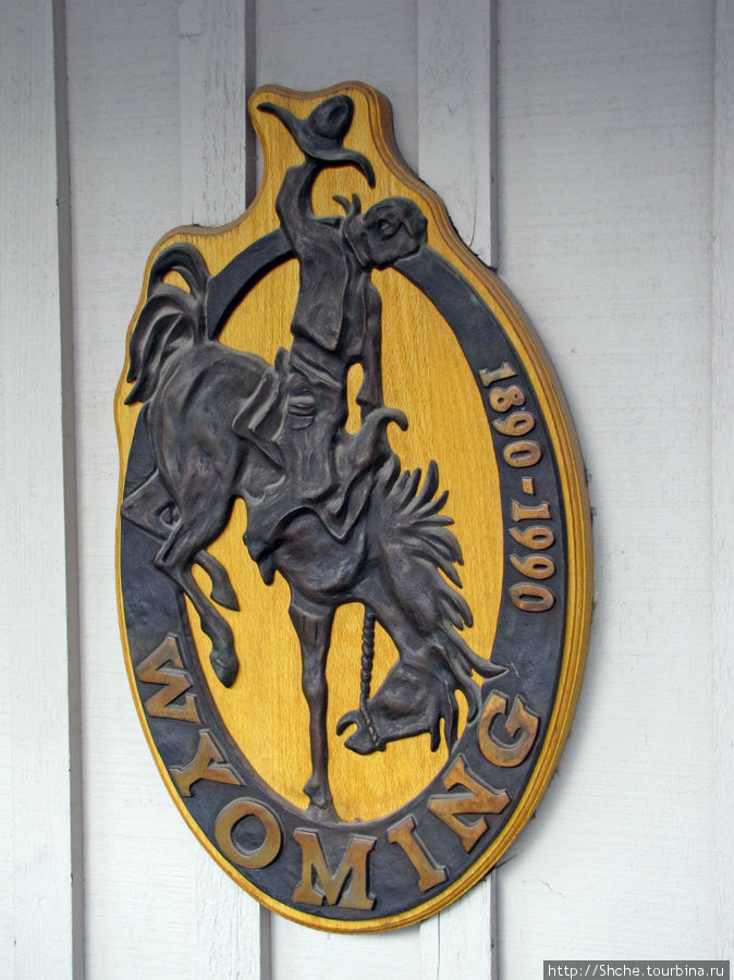 ...  который сейчас является символом всего штата, и контур его сейчас постоянно видно рядом с надписью