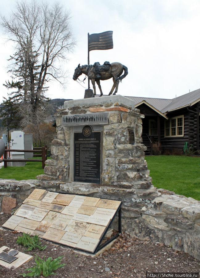 возле церкви мемориальный памятник американскому легиону