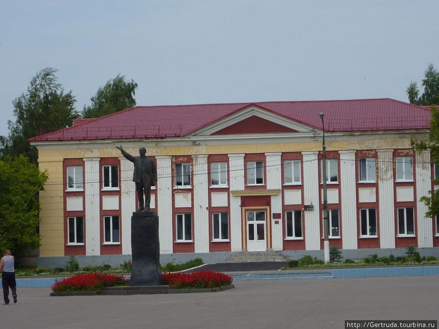 Детская школа искусств и памятник Ленину.