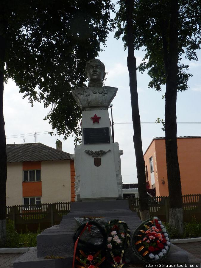 Памятник в Воинском мемориале на могиле Гвардии генерал-майора Корженевского Н.Н.