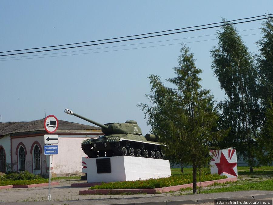 На горке,у начала ул. Гагарина, стоит памятник воинам-танкистам.