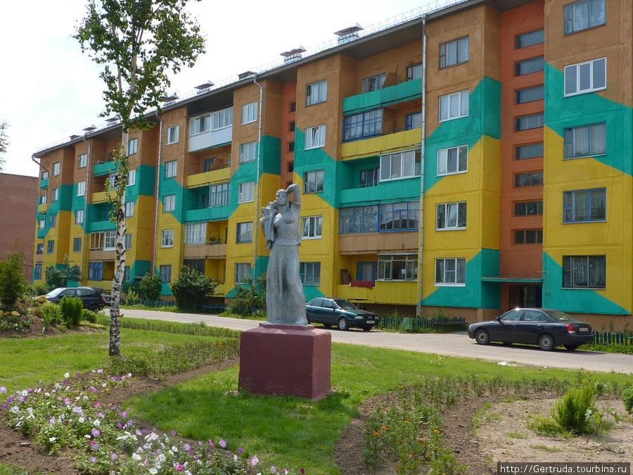 Какой яркий жилой дом на углу Комсомольской ул., и очередная скульптура.