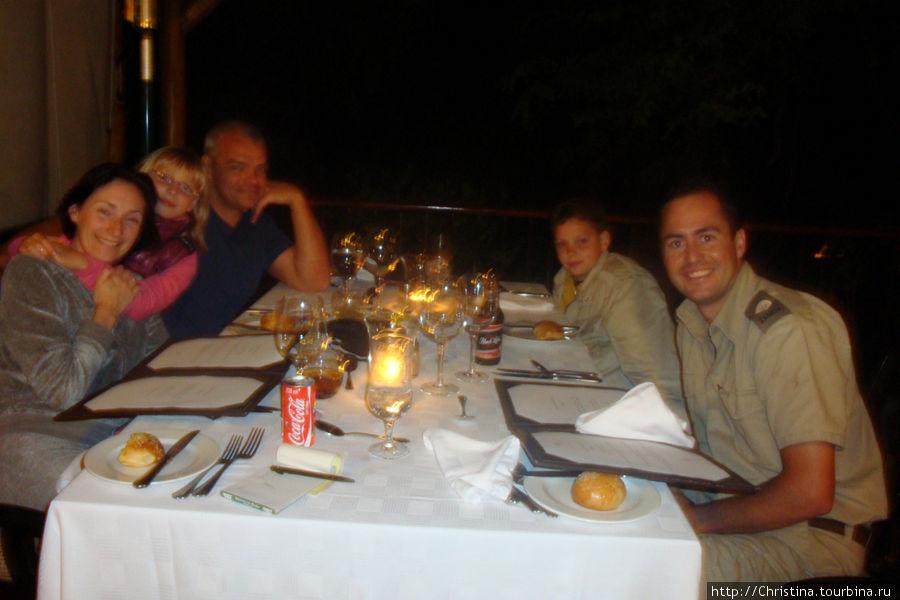 Наш ренджер — первый справа :) Спасибо ему огромное за незабываемый экскурс в саванну.