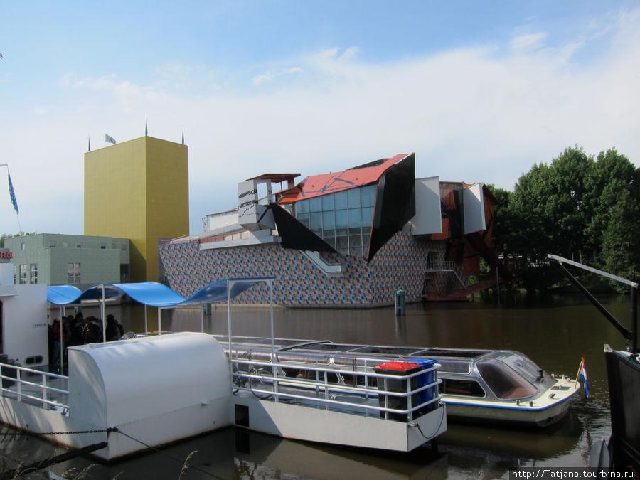 здание музея с красной крышей