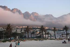 Пляж Кейптауна в бухте Camps Bay. Замечательное место. Ездили туда каждый вечер.