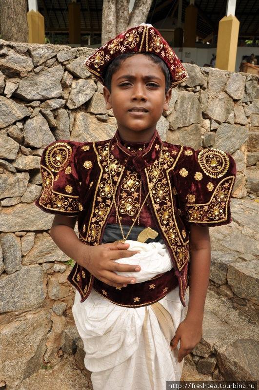 Как важно держится этот паренек в кандийском костюме! И дело не только в том, что он — в кадре. Для ланкийцев Канди с детства — особое место, оплот буддизма. Так что носитель костюма буквально