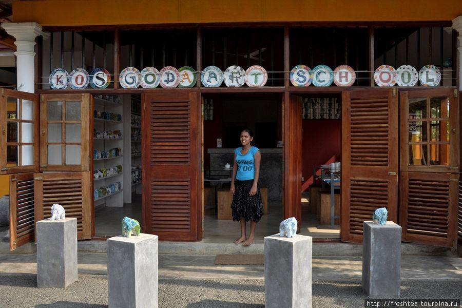 У входа в магазин при мастерской: расписанные вручную фарфоровые слоны и тарелки — среди основных экспонатов удивительной  арт-галереи в ланкийской провинции.