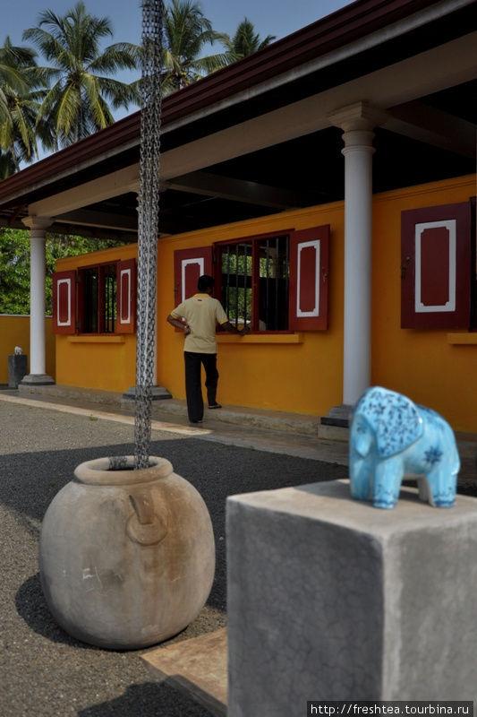 Кроме колонн, поддерживающих веранду, при строительстве здания использовали и старинный способ сбора воды во время тропических ливней — цепи, опущенные в кувшин.