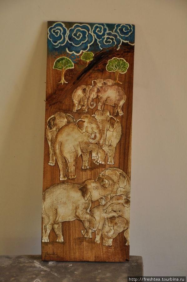 Панно с главными персонажами живого мира Шри-Ланки — азиатскими слонами.