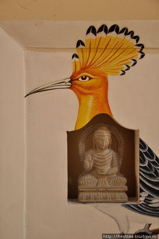 А вот такой сюжет — удод и Будда — открыла для себя здесь, в галерее Арт-школы.