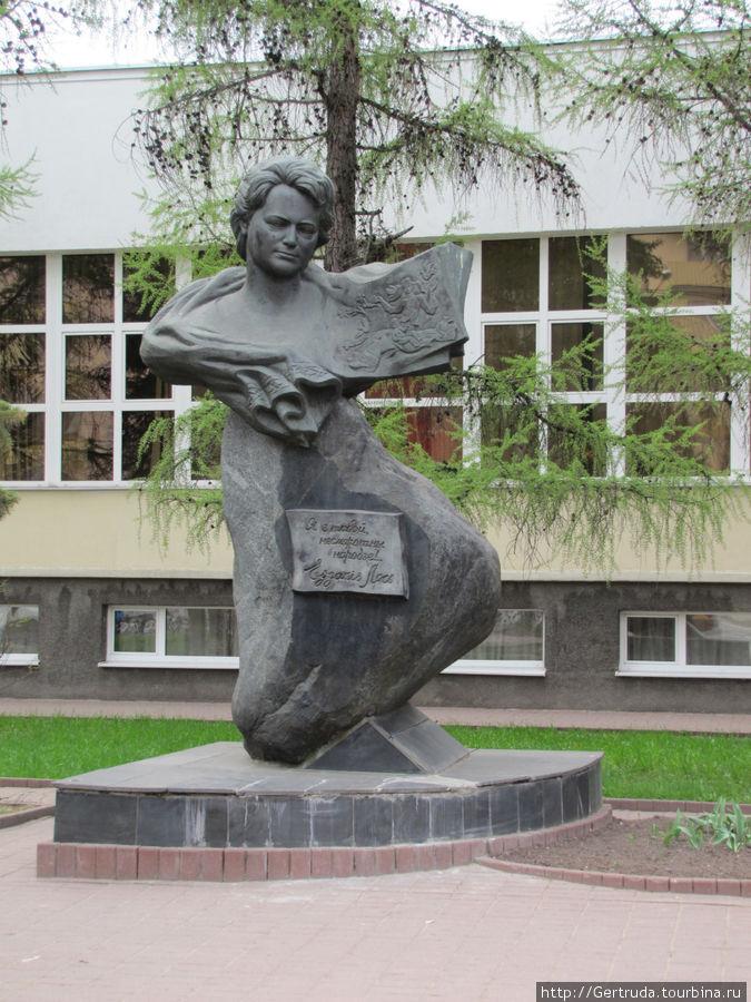 Памятник белорусской поэт