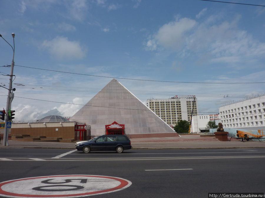 Новая пирамида на улице Ленина. За ней видно здание гостиницы.