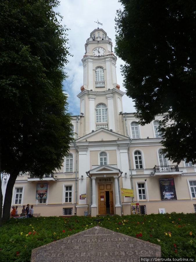 Старинная ратуша — теперь Краеведческий музей.