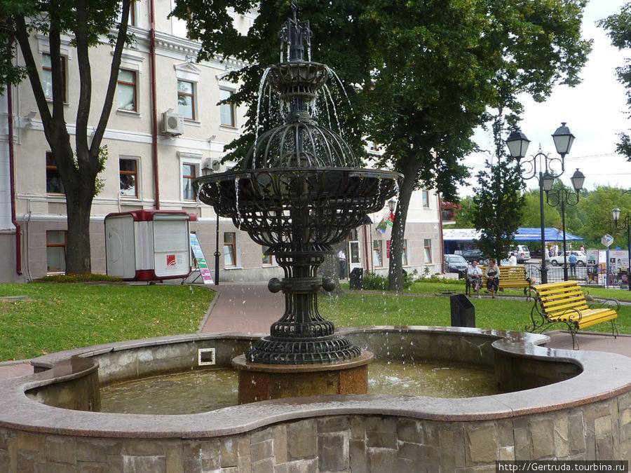 Оригинальный фонтан у Ратуши -музея.