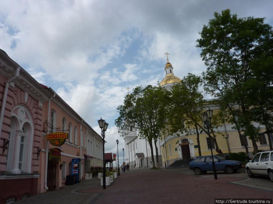 Старинная улочка за зданием ратуши.