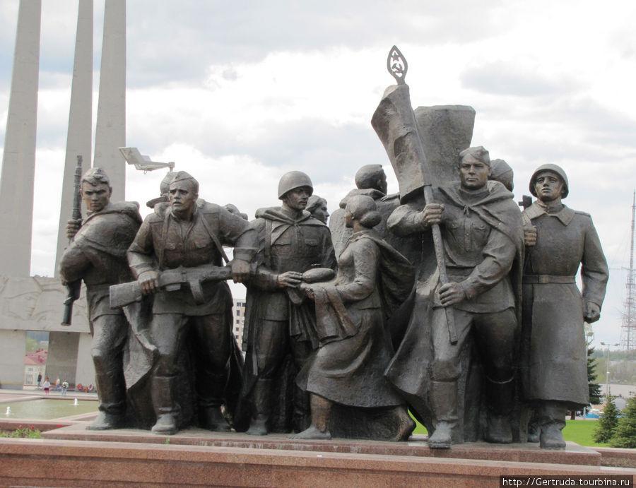 Скульптурные группы на Площади Победы