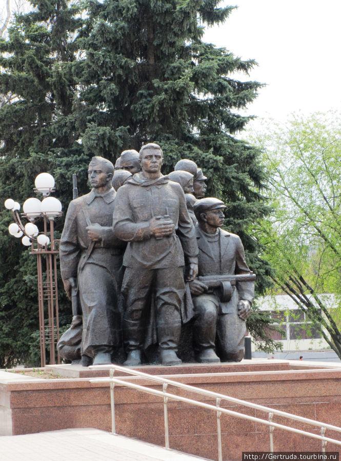 Еще одна скульптурная группа на Площади Победы.