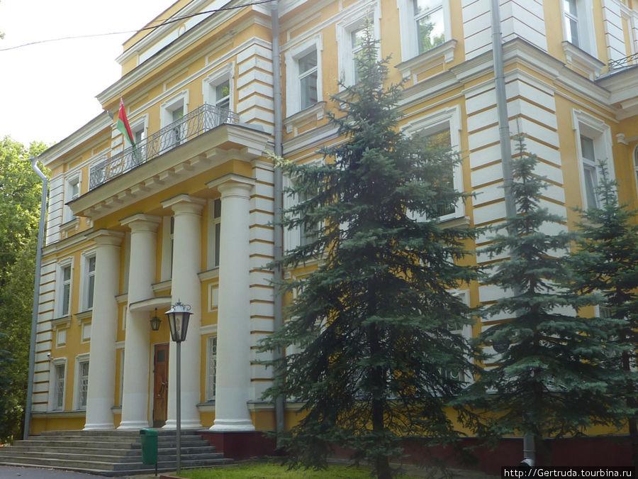 Бывший губернаторский дворец.