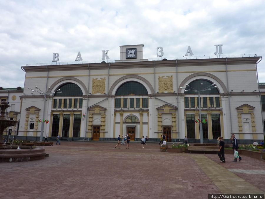 Фасад  железнодорожного вокзала в Витебске.