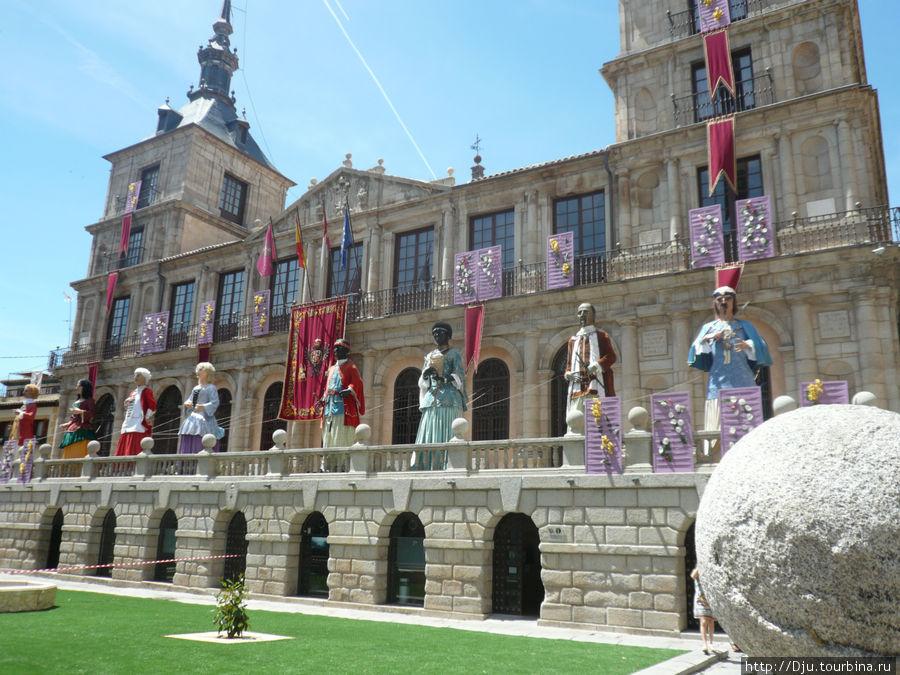 Фигуры символизируют части света: Европу, Азию, Африку. На следующий день праздника происходит шествие этих фигур, которое сопровождается танцами.