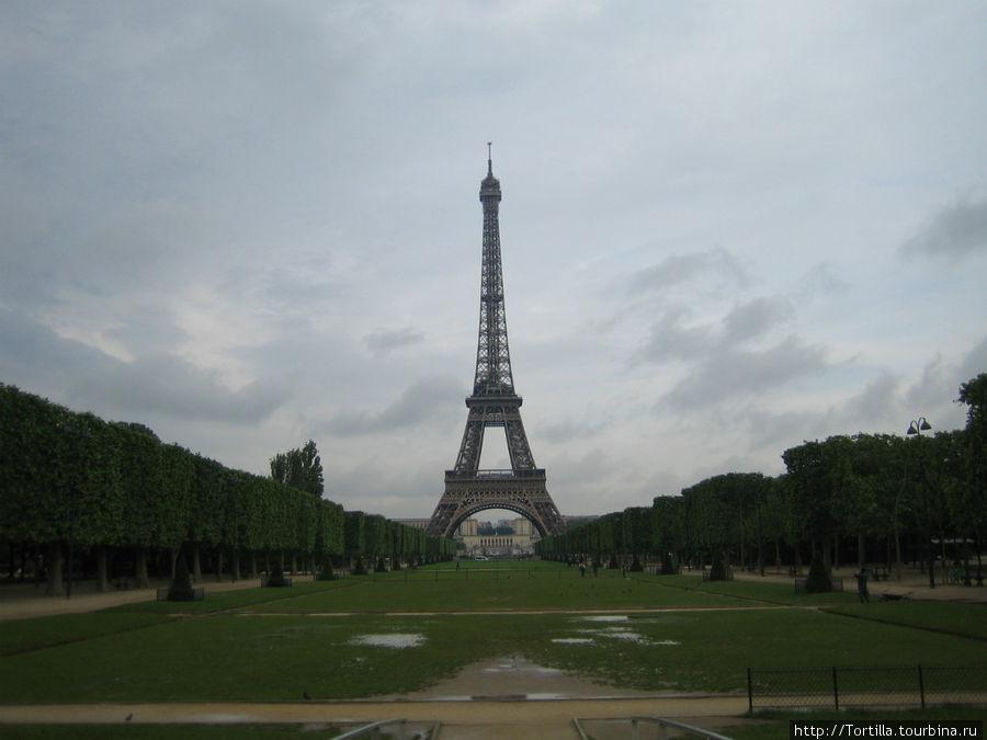 Париж. Марсово поле. Эйфелева башня.