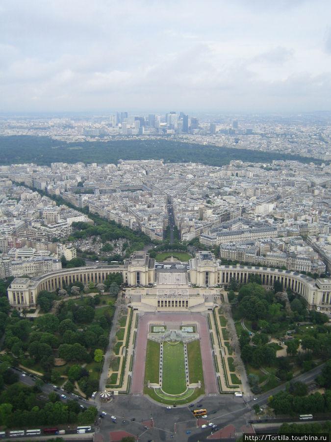 Вид на Париж с третьего яруса Эйфелевой башни.