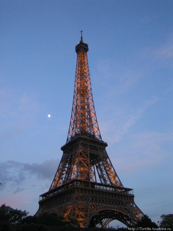 Париж. Эйфелева башня в вечернем наряде