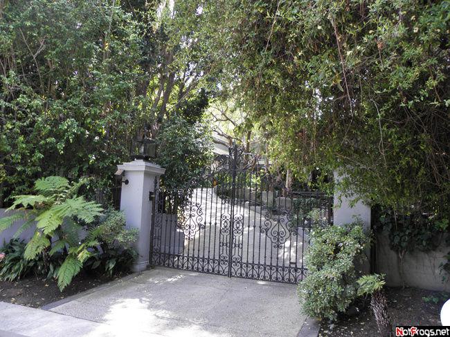 Ворота у дома Майкла Джексона