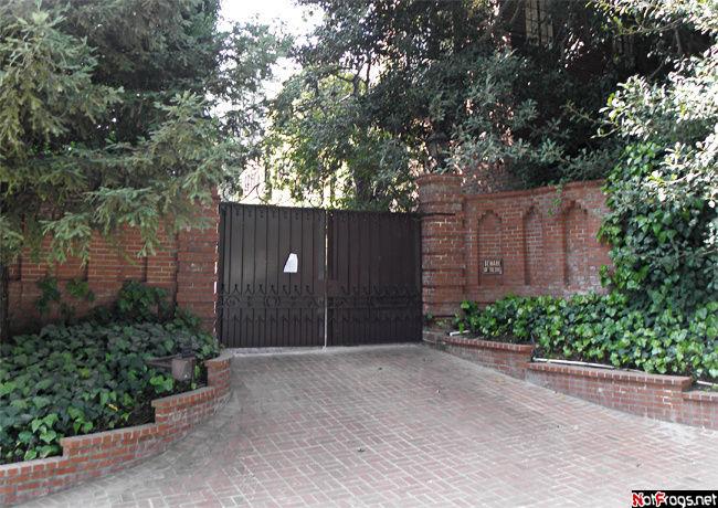 Вход в дом Николаса Кейджа