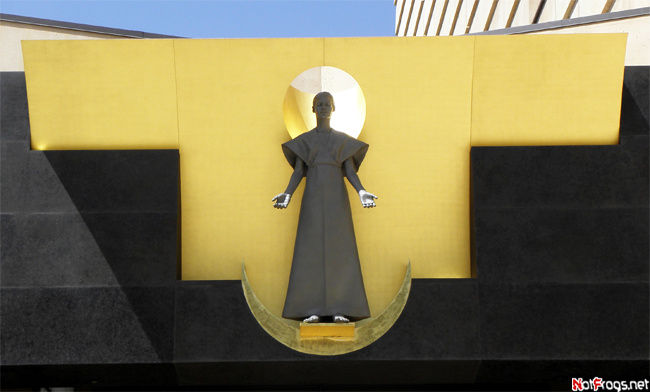 Статуя над входом в храм