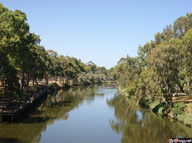 Вид на реку с деревянного моста